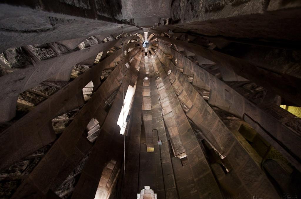 Внутренность башни-колокольни. Несколько лет Антонио Гауди посвятил только изучению акустики, с тем чтобы создать совершенную систему колоколов. Они должны приводиться в движение ветром.