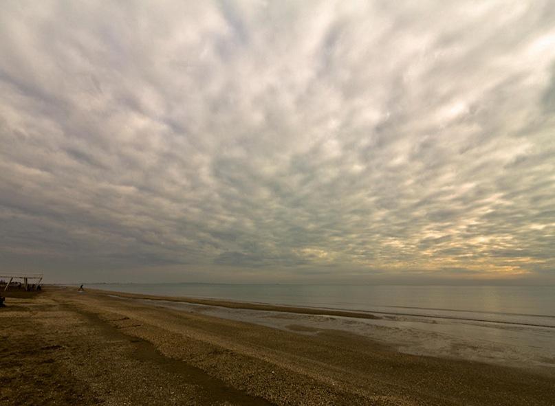 Венеция. Остров Лидо. Бесконечная полоса береговых пляжей. Первые признаки приближения Сирокко...