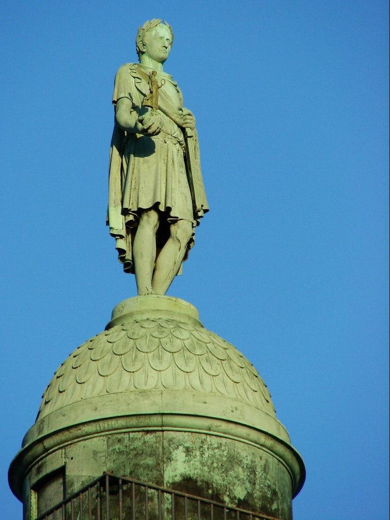Наполеон в лавровом венке, в тоге римского императора, с Богиней Славы в правой руке и сегодня на Вандомской колонне, над Вандомской площадью, да что там - над всем Парижем, царит.