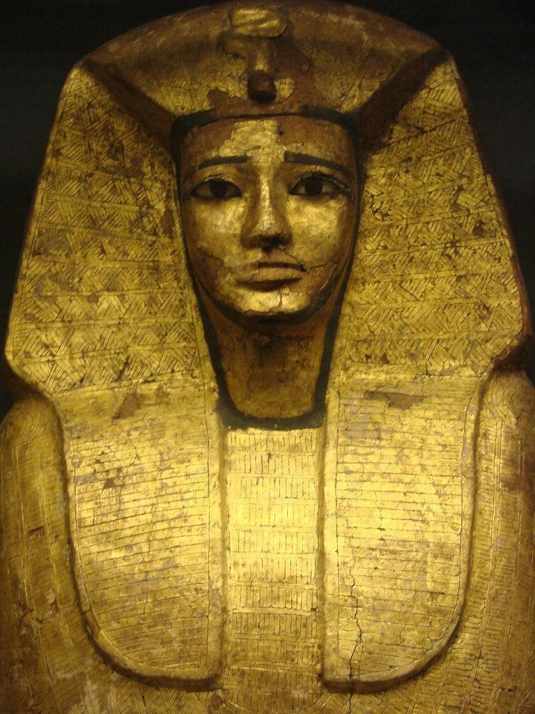 Антропоморфный деревянный саркофаг царя Антефа Sekhemrê Herouhermaât, полностью декорированный золотом. Этот необычный стиль появился в Фиванской области. Просуществовал от XVII семнадцатой династии до XVIII.