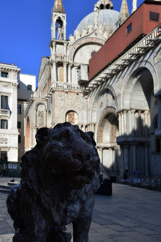 Все - нельзя не признаваться: в Венеции жарко, как в Африке. В тени еще можно выжить. На залитых солнцем площадях - под 40 градусов. Туристы поджариваются на них как на сковородках.