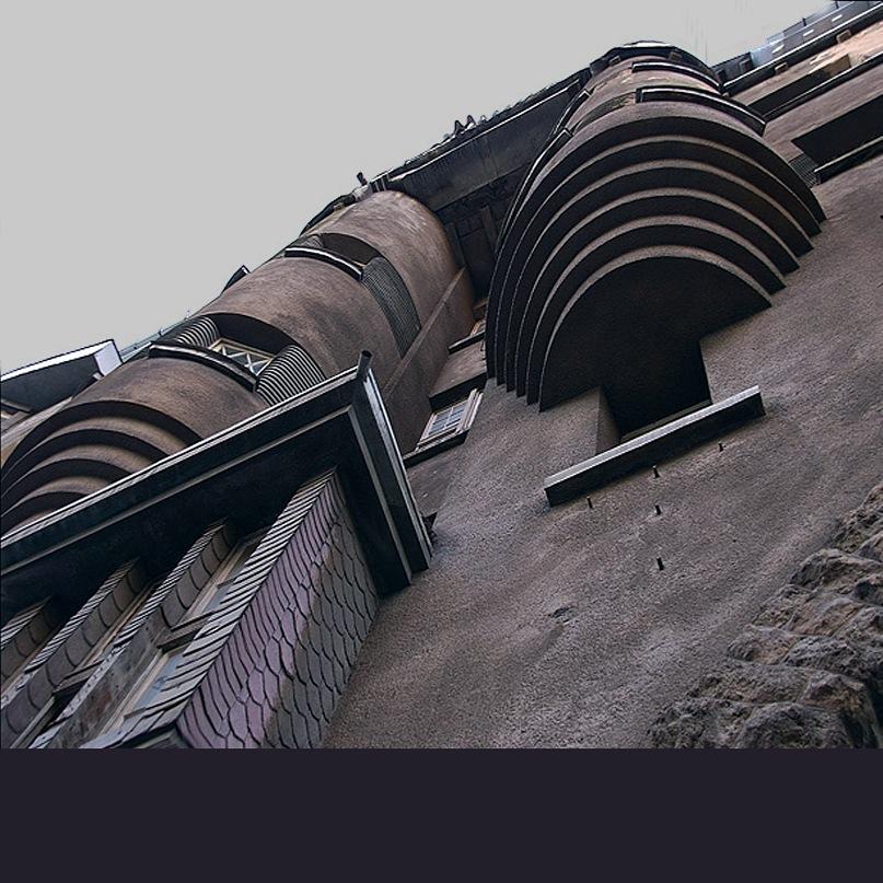 Рига, Доходные дома. Улица Альберта, дом 11. Арх. Эжен Лаубе. В общем плане - Северный модерн, по-лифляндски стиль называют Национальной романтикой. Фрагмент дома со скругленными эркерами, ползущими по стене...