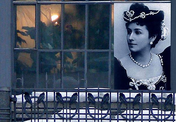 Фотопортрет Матильды Кшесинской, шляпку на чудесной головке которой украшает вязь, буквально повторяющая орнаментальные элементы декора ее дома - особняка, дворца.
