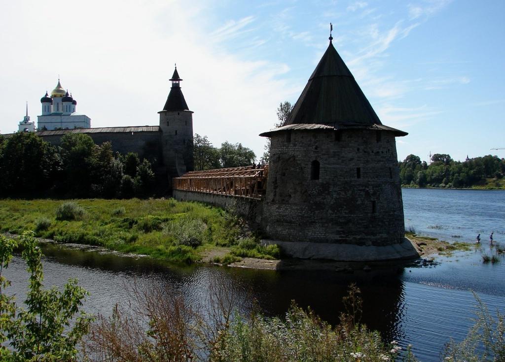 Вид на Псковский кром с реки Псковы. На первом плане - Плоская башня. За ней - башня Кутекрома. На дальнем плане - Троицкий собор