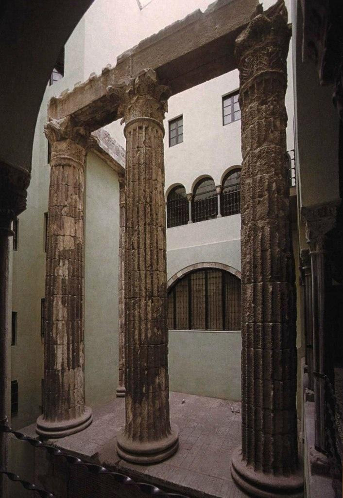 Свидетельство участия Цезаря Августа в жизни Барселоны... Дошедшие до наших дней остатки храма Августа (четыре колонны с капителями коринфского ордера, часть архитрава и подиума), выставленные во дворе Туристического центра Каталонии.