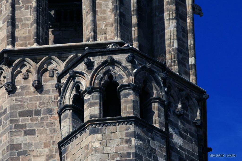 Барселона. Фрагменты романского Кафедрального собора, заложенного в 1298 году Рамоном Беренгером I и его женой Альмодис де Ла Марш. Строительство прекратилось в 1420 году, оставив Кафедральный собор Барселоны без главного фасада.