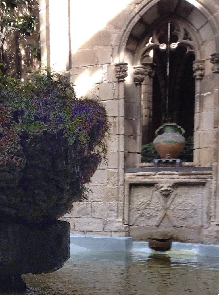 Клуатр в Кафедральном соборе Барселоны. .. Часовня с погребальной урной....