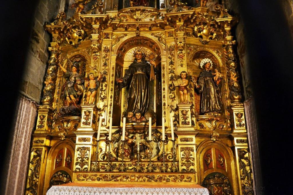 Кафедральный собор Барселоны. Алтари боковых капелл.