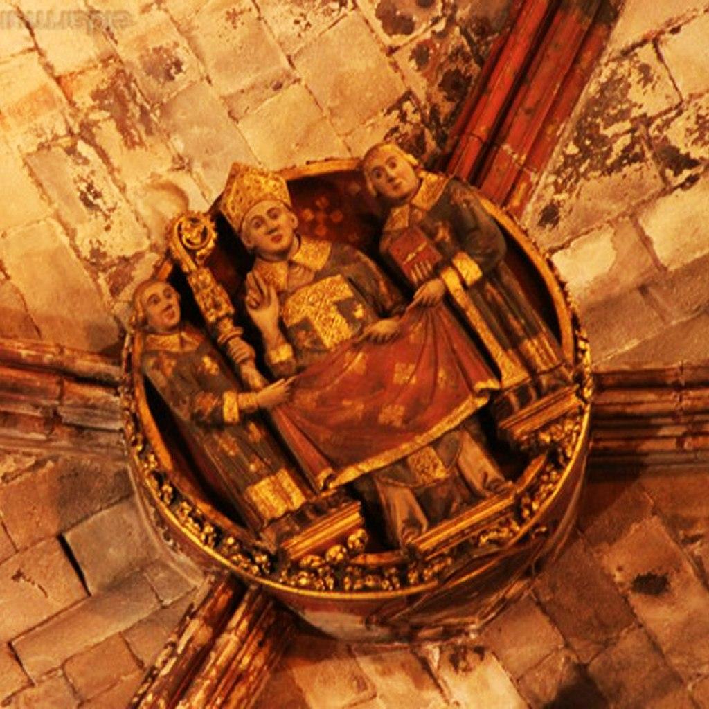"""Кафедральный собор в Барселоне. Ранняя готика. После XV века. Рельефы на замковых камнях. """"Верховные иерархи Католической церкви"""" (Папа Римский, благословляющий паству, и епископы)."""