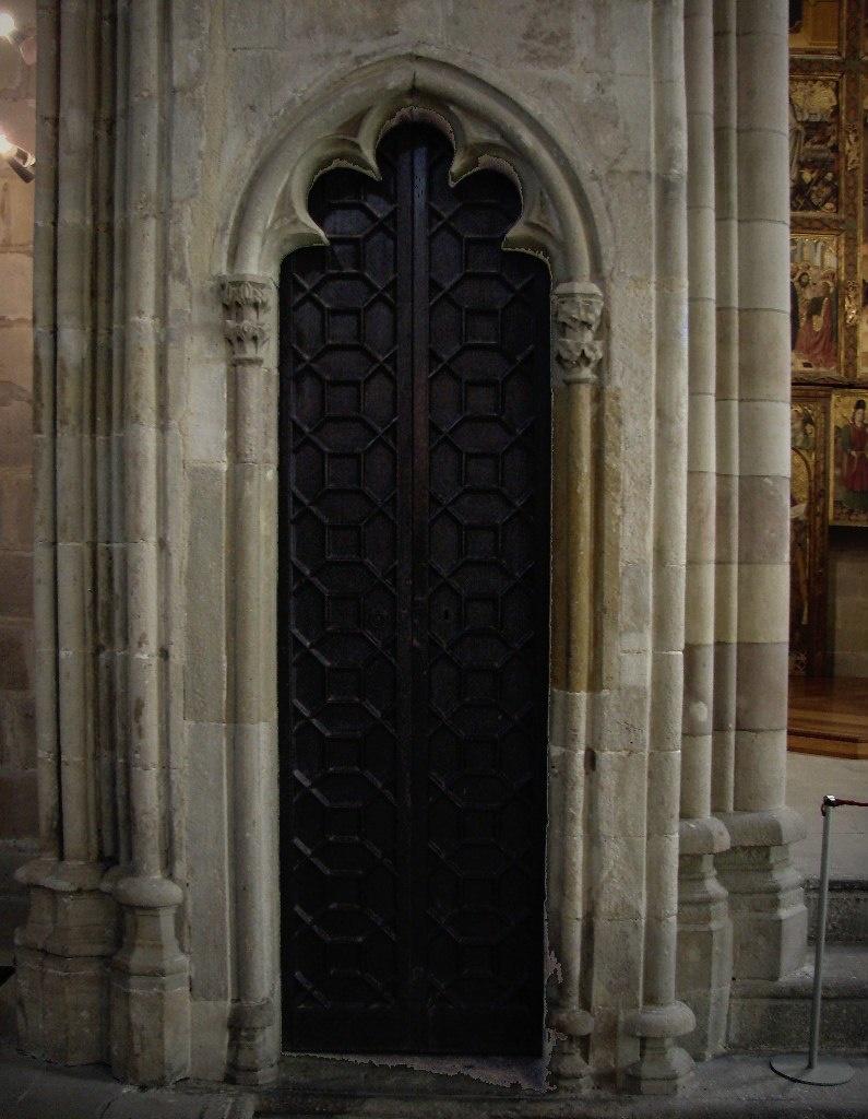 Большой Королевский дворец. Придворная капелла Святой Агаты. Вход в исповедальню, оформленный в строго-готическом стиле.
