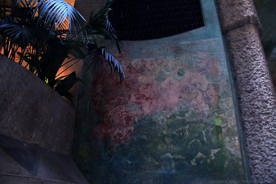 Каса Мила. Антонио Гауди. Вестибюльный этаж Дома. Полихромная роспись стен вестибюльного этажа...
