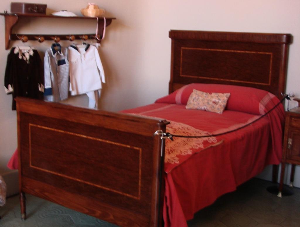 Каса Мила. Демонстрационная квартира, что оформлена в стиле 20-х годов XX века. Подростковая спальня.
