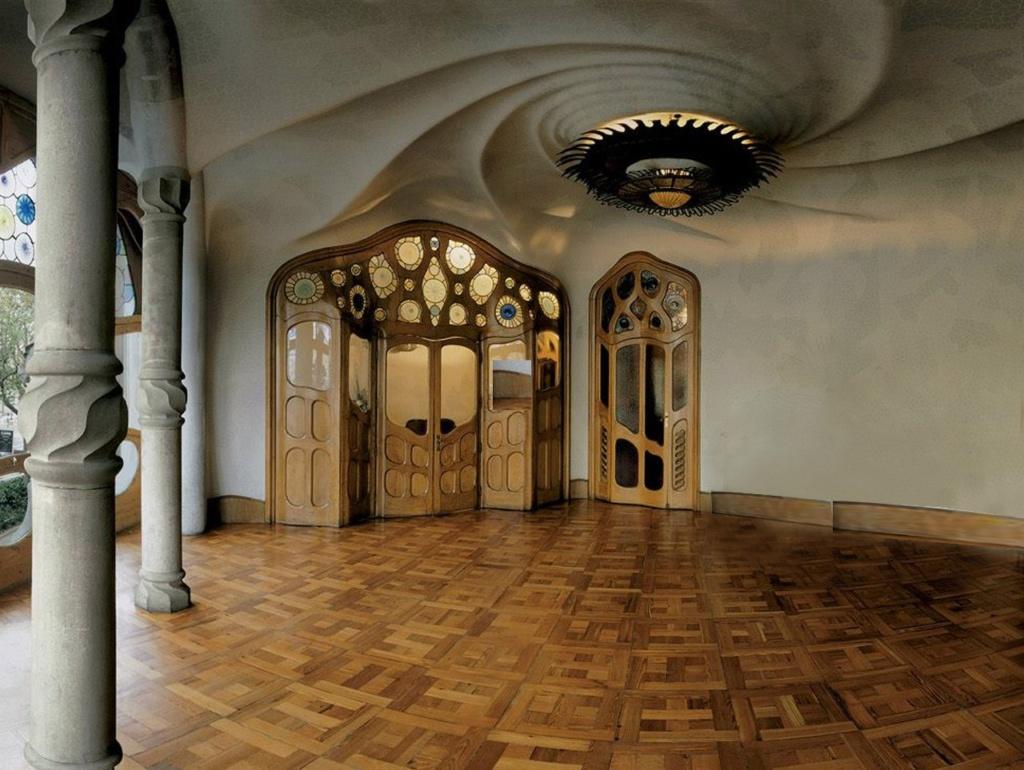 Барселона. Каса Бальо. Антонио Гауди. 1906. Уровень бельэтажа с центральным парадным залом. Люстра на потолке в спиралевидном кружении волн.