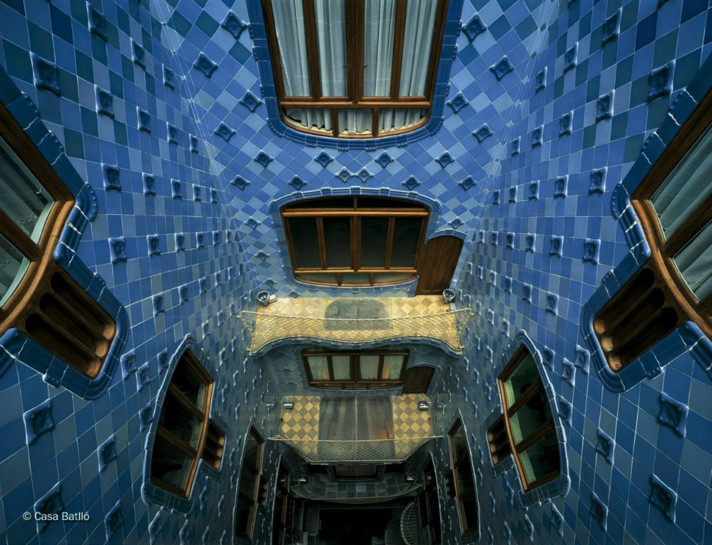 Барселона. Каса Бальо. Антонио Гауди. 1906. Вид внутреннего двора, что позволяет увидеть еще одну особенность облицовки: есть плоские плитки и фактурные. Вторые отделяются от стен и самостоятельно плывут в пространстве.