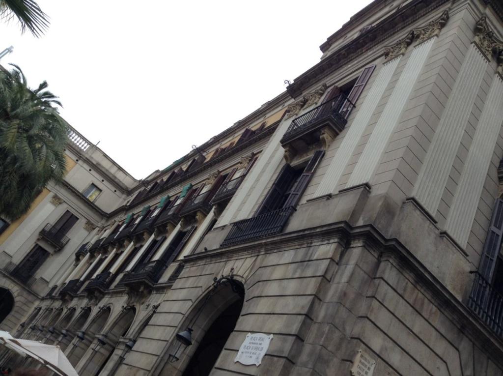 Барселона. Королевская площадь. прорыв в квадрате площади, ведущий к Дворцу Гуэля, построенного Антонио Гауди (1852-1926) по заказу его друга и покровителя, промышленника и землевладельца Эусебио Гуэля (1846-1918).