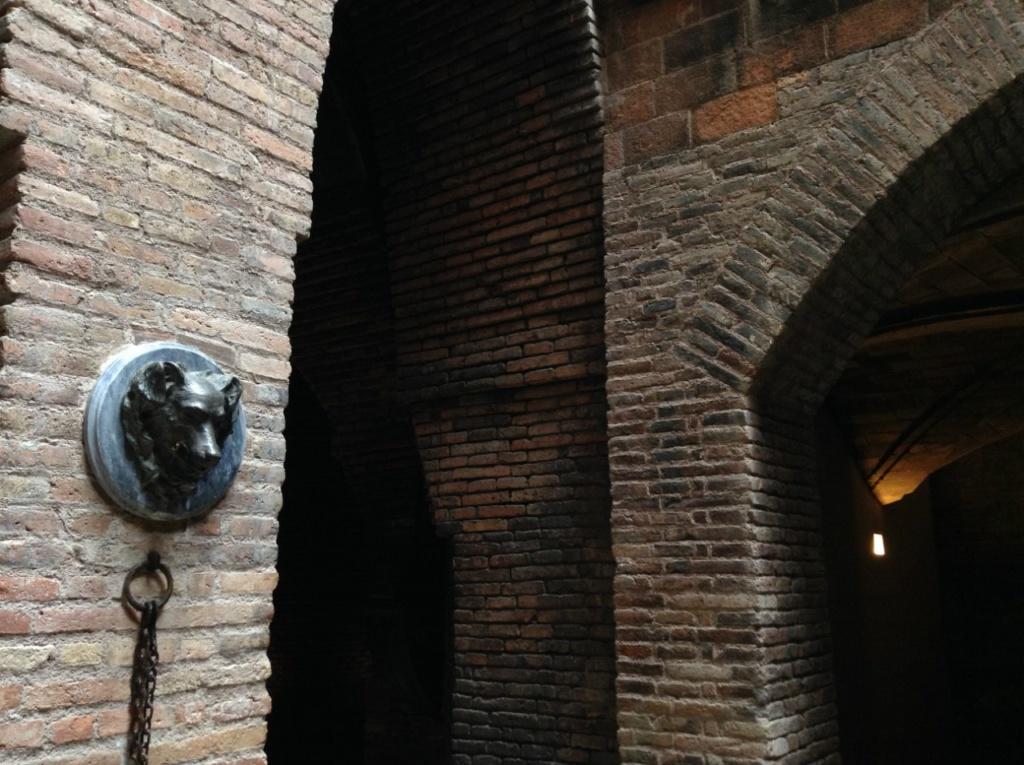 Дворец Гуэля. Подвальный этаж с бывшими конюшнями. Сочетание конструктивных элементов.