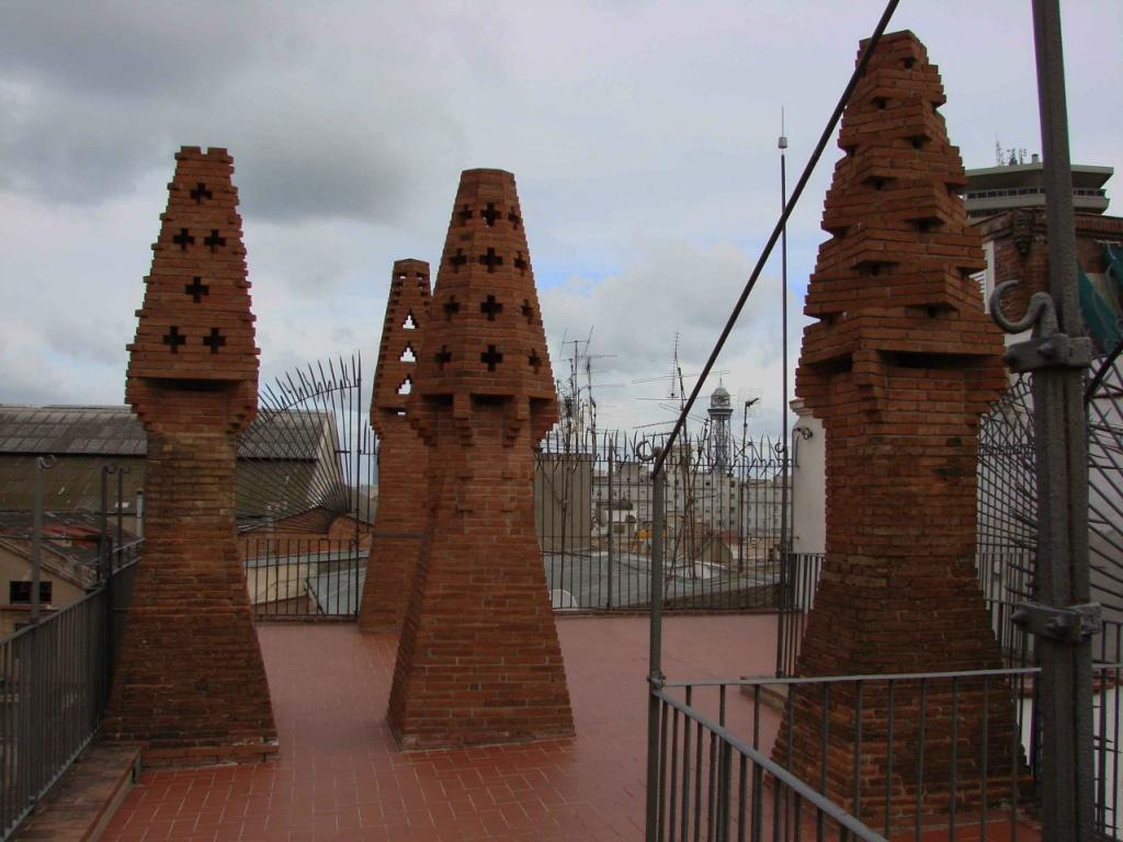Башенки в хозяйственной зоне Дворцовой крыши, выполненные из обожженного кирпича, но, посмотрите, они все разные... Почему? Они - архитектурная скульптура.