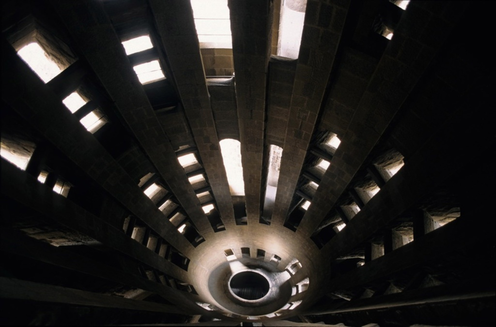 У основания башен-колоколен установлены прожекторы. На вершинах тоже есть два отверстия для прожекторов: смотрящее вниз для освещения храма ночью, и смотрящее вверх для освещения 170м башни Христа.