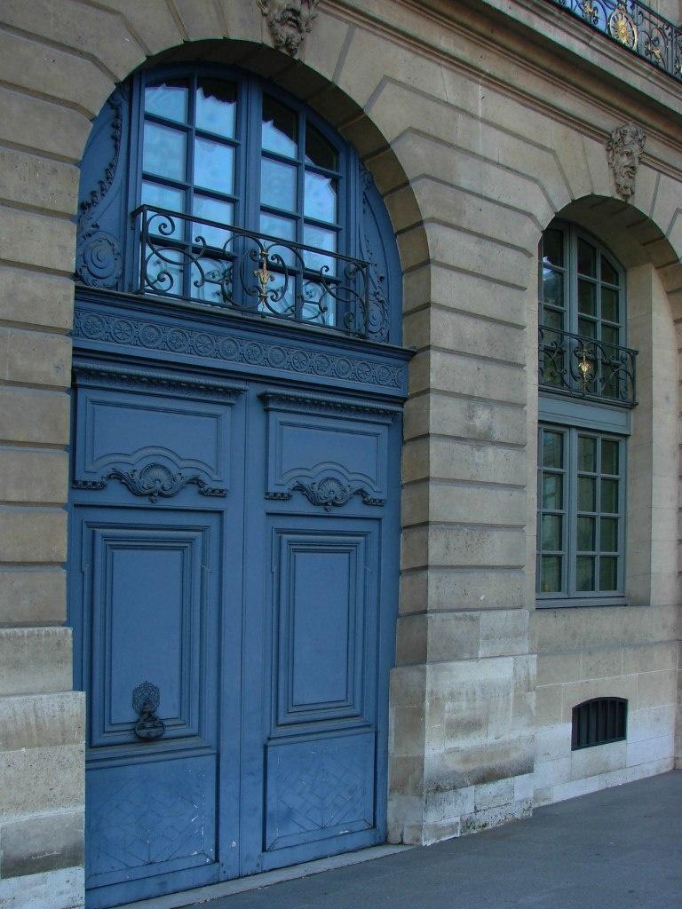 Дома с арочными окнами и порталами, соответствующие запроектированным еще Мансаром, поддерживают историческую значимость места сего.