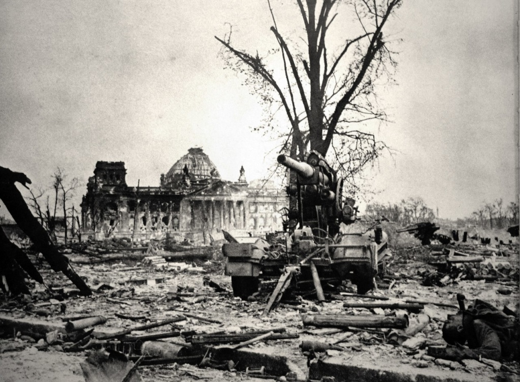Здание Рейхстага, созданное Полом Уоллотом, было возведено в 1884-1894 гг. Сильно пострадало в войне. Оно оставалось в руинах до 1960-ых.