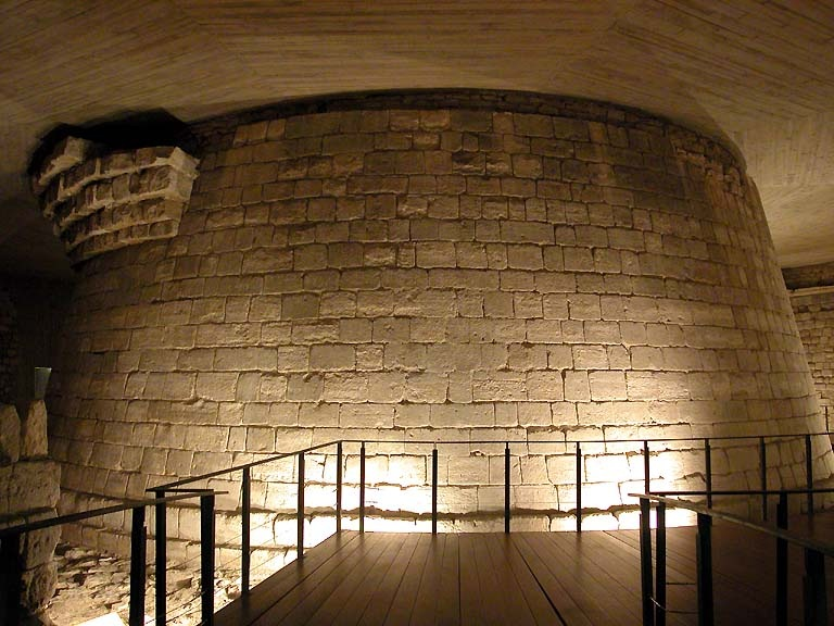 """Комплекс """"Средневековый Лувр"""" -  Музей истории собственно """"Лувра"""". Донжон в центре двора."""