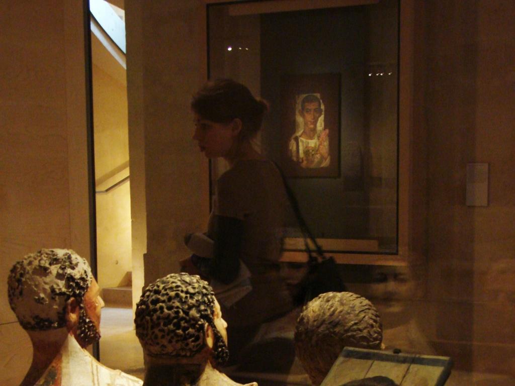 Портреты из Фаюмской коллекции, хранящейся в Лувре. Люди на портретах находятся как бы по ту сторону земной жизни. Есть в коллекции и скульптурные изображения голов умерших, будто бы эти умершие не порывают связи с миром живых.