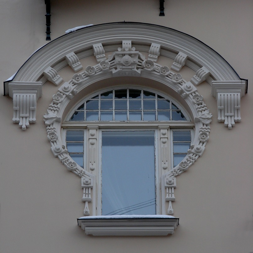 """Рига. Доходные дома. Улица Альберта, дом 4. Арх. Эйзенштейн. 1904. Одно из трех окон, называемых оппонентами """"замочной скважиной"""", что расположены в центральном ризалите на пятом этаже здания. Фото Марины Бреслав"""