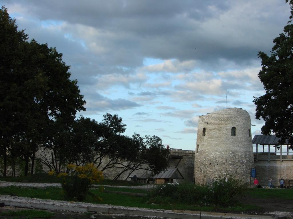 """Изборская крепость. Башня """"Луковка""""."""