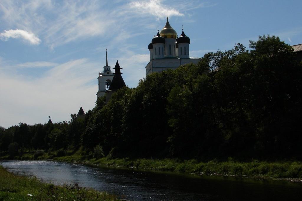 Вид на Троицкий собор Псковского кремля со стороны реки Псковы