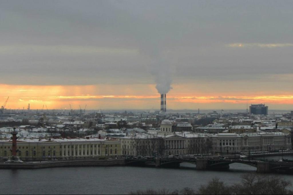 Петербург внизу дышит, задыхается в гари, глохнет от шума машин - как положено огромному Граду живет...