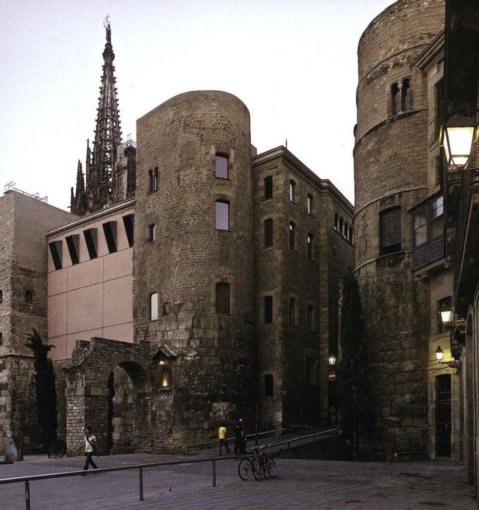 Две цилиндрические башни на Пласа Нова (Новая Площадь). Рядом - реконструкция развалин древнеримского акведука. Площадь приобрела свой современный вид в 90-е годы XX века. Это все - Готический квартал с вкраплением древнеримских руин.