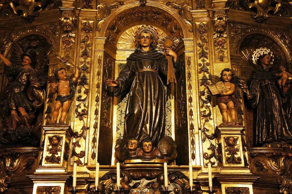 Кафедральный собор Барселоны. Алтари боковых капелл (фрагмент).