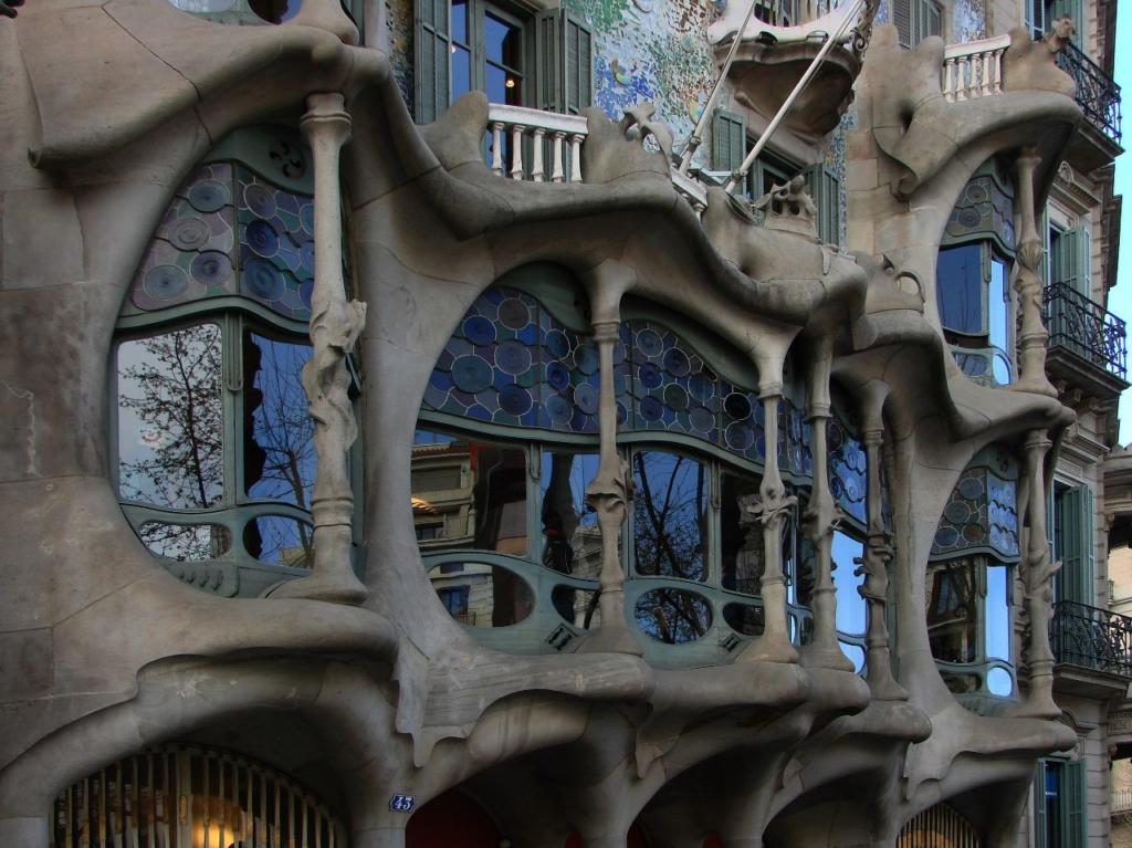 Каса Бальо. Арх. Антонио Гауди. Первый этаж Дома с окнами-витринами во всю стену.