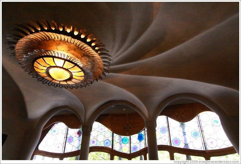 Барселона. Каса Бальо. Антонио Гауди. 1906. Уровень бельэтажа с центральным парадным залом. Люстра на потолке в спиралевидном кружении волн