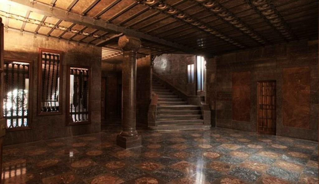 Дворец Гуэля. АНТРЕСОЛЬНЫЙ ЭТАЖ с вестибюлем перед второй Парадной лестницей, идущей на БЕЛЬЭТАЖ.