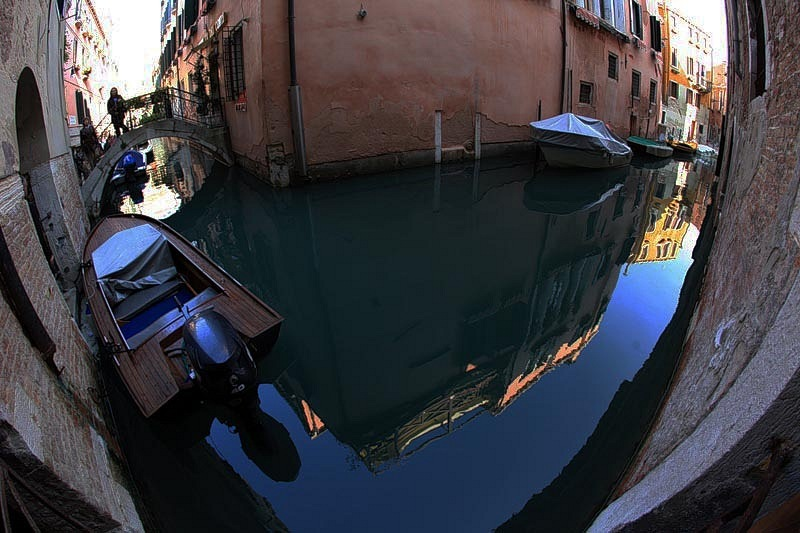 Неописуемая кутерьма венецианских каналов, что в круг вихревой заворачиваются, все перспективы искажая, фотоэффекту подчиняя. Что ложь, а что Правда? Реальное состояние или это?
