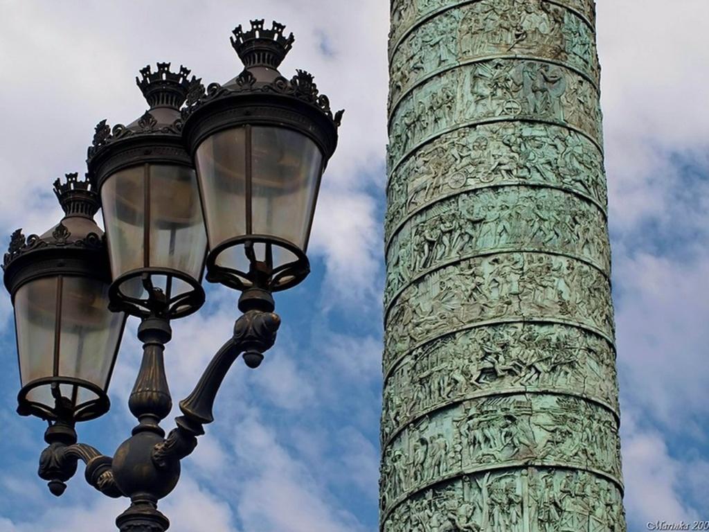 Вандомская колонна в Париже, выполненная по типу колонны Траяна в Риме...