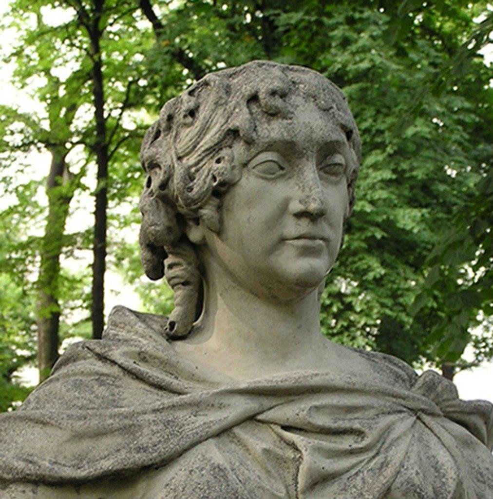 На втором бюсте неизвестного скульптора из Германии изображена «Курфюрстина Бранденбургская, жена Фридриха I».  То - София Шарлотта Ганноверская, что в 1684 году вышла замуж за курфюрста , в 1701 году ставшего королем Пруссии.