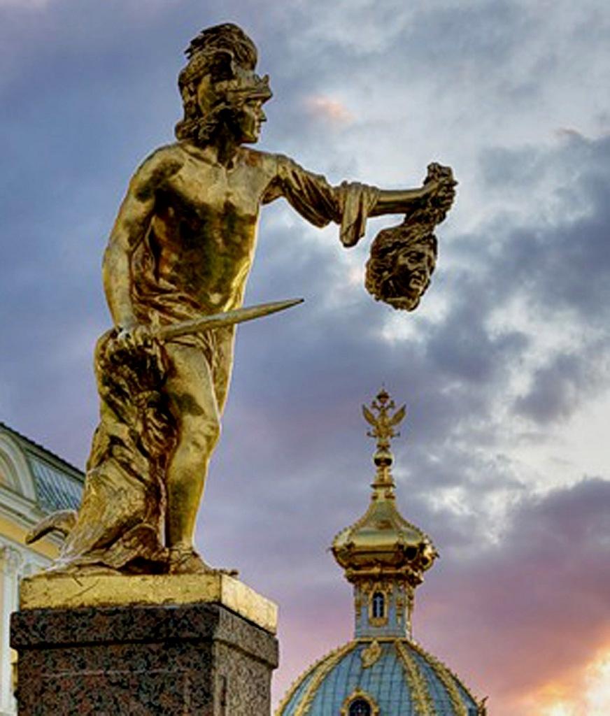 """Петродворец - всемирно известный дворцово-парковый ансамбль. Большой каскад с позолоченной скульптурой богов и героев, что нисходят к людям по ступеням """"Божественной лестницы""""."""