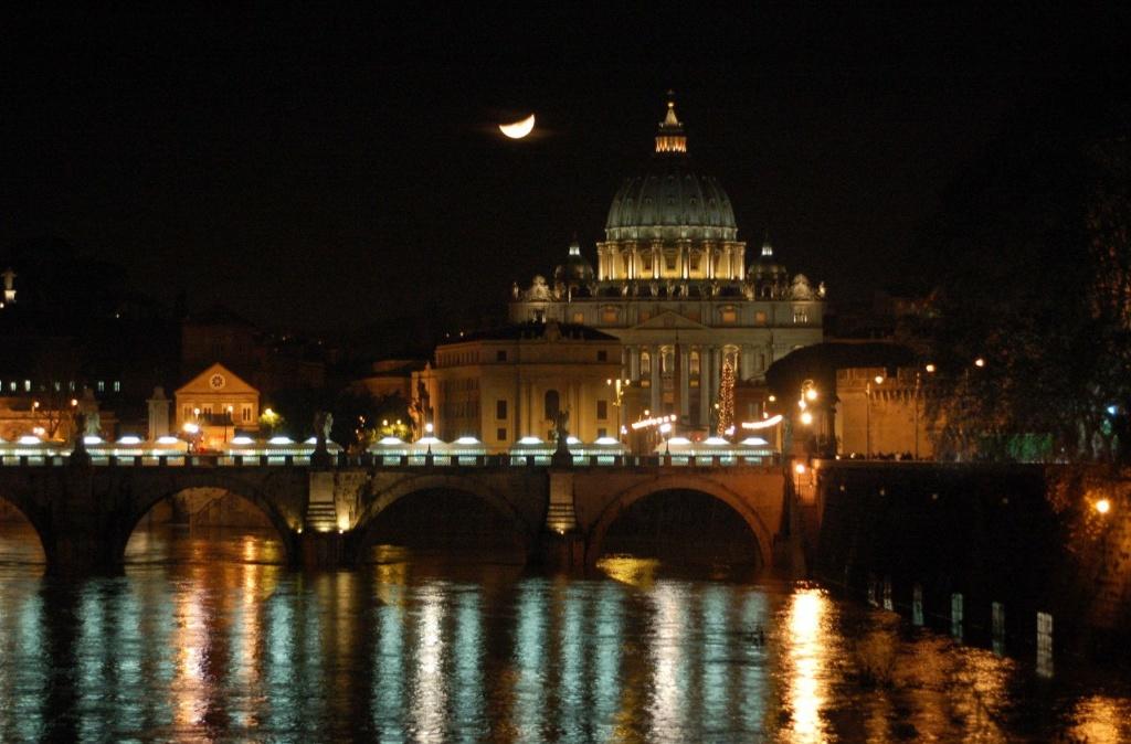 """Рим со своей главной доминантой - куполом собора святого Петра, плывущим над Тибром и городом, что особенно прекрасен в ночи. Рим XVI - XVII веков- """"Папский Рим"""", куда стекаются богатства почти со всего западно-христианского мира..."""