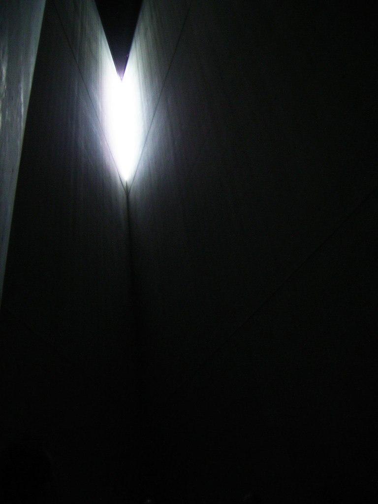 """Берлин. Еврейский музей. """"Башня Холокоста""""... Башня рассчитана на создание эффекта оглушающей Тишины, Холода и полной Безнадежности..."""