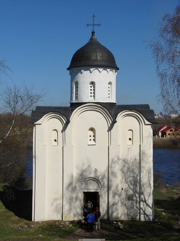 Собор Св. Георгия. Западный фасад (с входом). Возведен в 1164 году в честь победы над шведами
