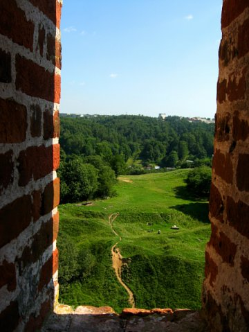 """Смоленский кремль. Башня """"Орел"""". В узкие бойницы открывается простор. Как писал Толкин: """"Бежит дорожка от ворот""""..."""