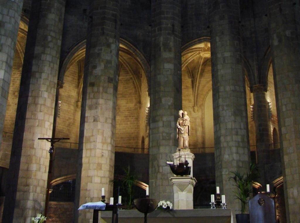 Интерьер собора Санта-Мария-дель-Мар. Заалтарная скульптура - Мария с Младенцем на руках. Фото М. Бреслав.