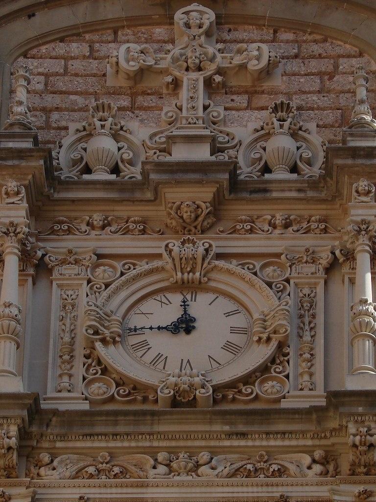 Идем в Главный Храм монастыря Монтсеррат Аттик с часами над порталом. Выше - фигурный фронтон. Все изысканно украшено горельефами... Фото М. Бреслав