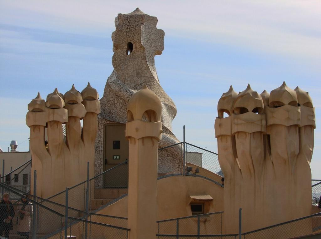 """Каса Мила. """"Сад скульптур"""" на крыше Дома. Путеводители снабжают посетителей своими комментариями..."""