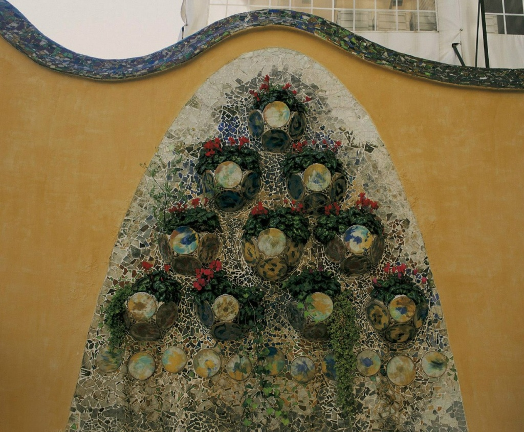 Барселона. Каса Бальо. Антонио Гауди. 1906 год. Мозаичное панно на стене по оси террасы...