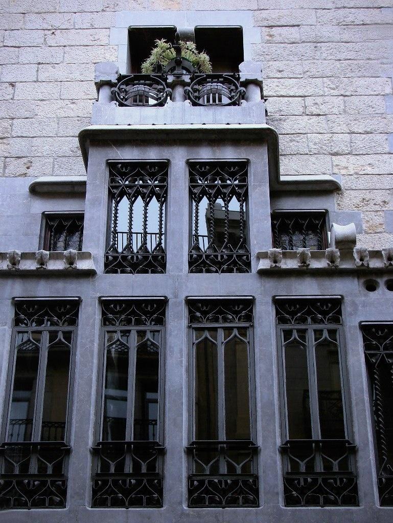 Барселона. Дворец Гуэля. 1885-1890. Архитектор Антонио Гауди. Фрагмент главного фасада Дворца с эркером (трибуной) в его двухэтажной, завершающей композицию, правой части.