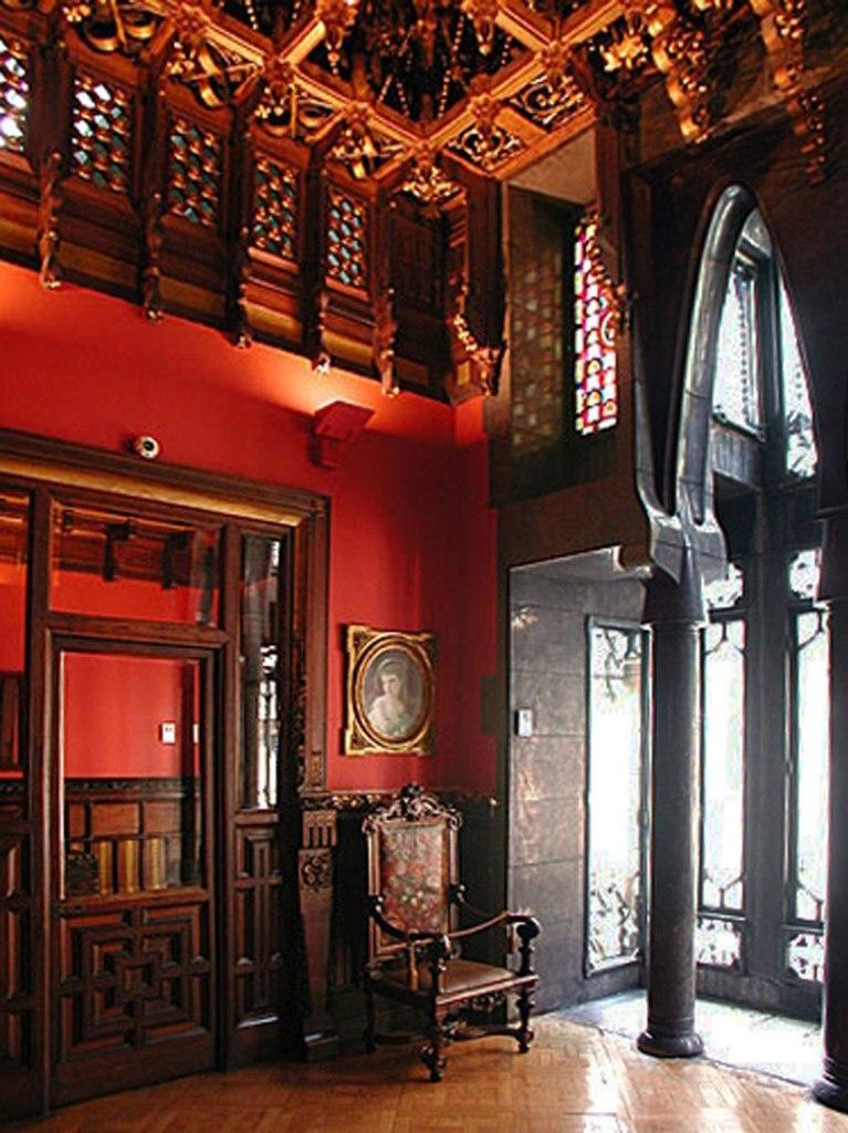 """Барселона. Дворец Гуэля. Архитектор Гауди. 1885—1890 годы Бельэтаж. Приемный зал. Фотография до музеефикации Дворца, когда еще сохранялась его """"обжитость"""". Слева -портал, ведущий в дамскую туалетную комнату."""