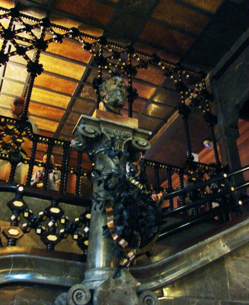 Бюст отца Эусубио Гуэля, Жоана Гуэля-и-Феррера работы каталонского скульптора Россенда Нобаса - подтверждение строгого следования семейной традиции.